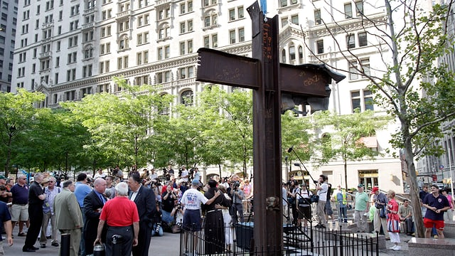 Ein Kreuz aus Stahlträgern.