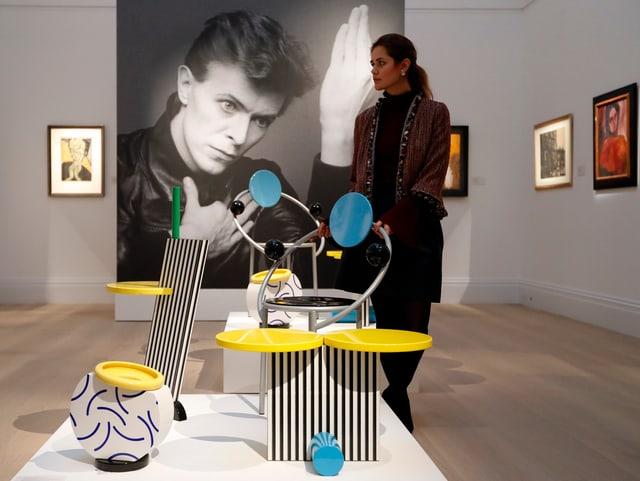 Eine Frau geht durch die Ausstellungsräume bei Sotheby's in London.