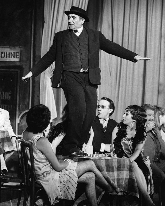 Ruedi Walter 1968 im Corso, in seiner Paraderolle als Heiri.