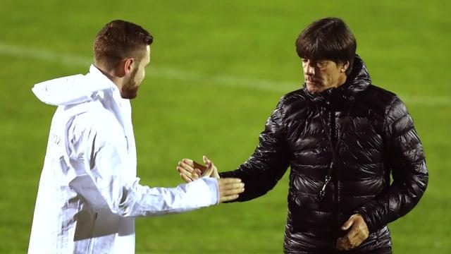 Deutschland-Coach Loachim Löw und Verteidiger Shkodran Mustafi geben sich die Hand.