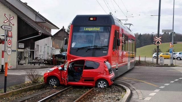 Ein PKW, der in Flumenthal SO von einer Bahn gerammt wurde.