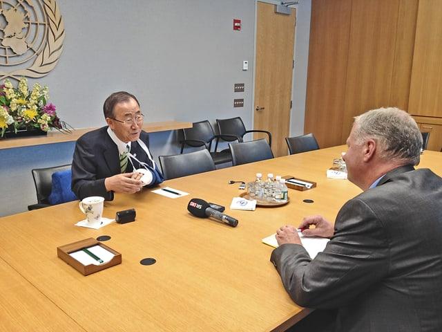 Zwei Männer an einem Sitzungstisch, Interview mit UNO-Generalsekretär.