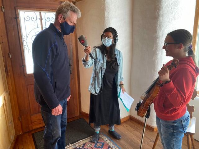 Noémi und Julia stehen bei Christopher im Geigenbauladen.