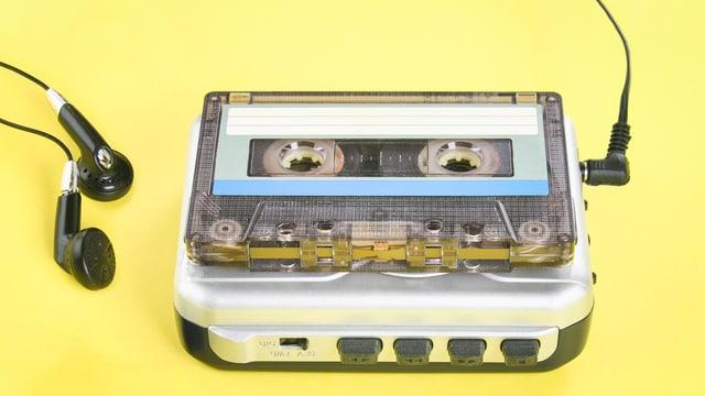 Eine Musikkasette und ein Walkman