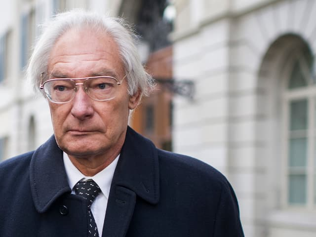 Rolf Erb vor dem Gericht