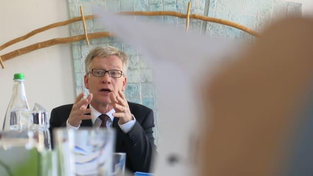 Jean-Pierre Siggen gestikuliert an der Medienkonferenz.
