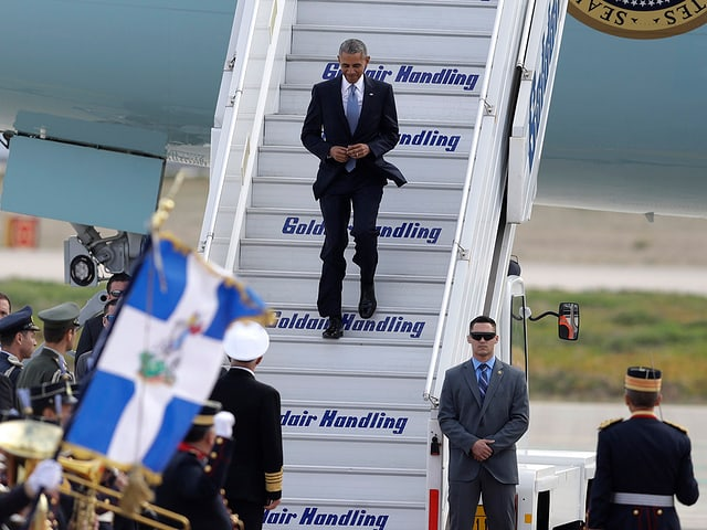 Obama steigt aus dem Flugzeug.
