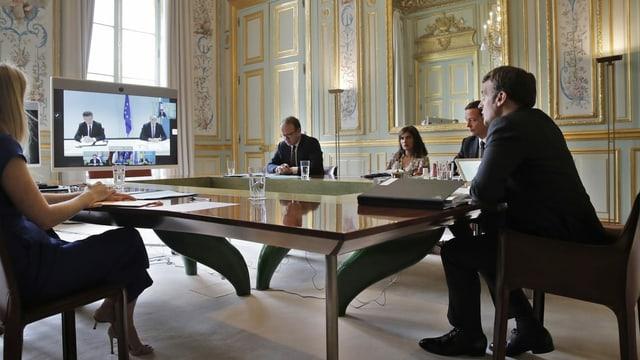 Präsident Emmanuel Macron verfolgt in Paris die Videokonferenz, die neuen Schwung für eine Lösung zwischen Serbien und Kosovo bringen soll.