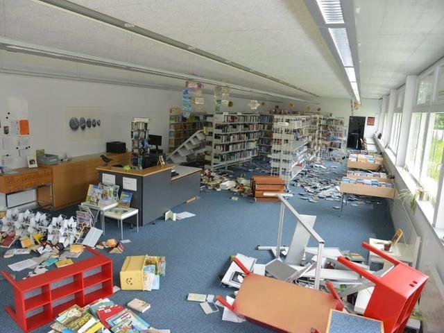 Umgeworfene Bücherstelle in Bibliothek