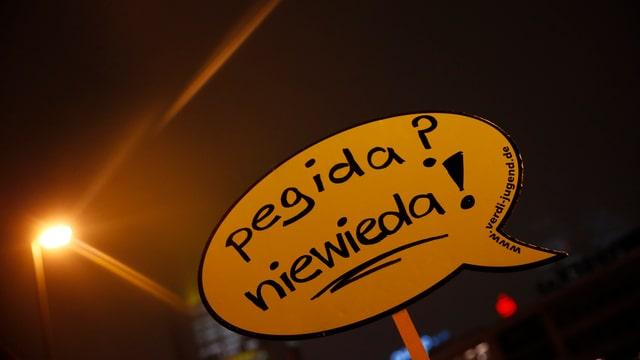 Ein Schild mit der Aufschrift «Pegida? Niewieda!» bei einer Gegendemonstration in Frankfurt