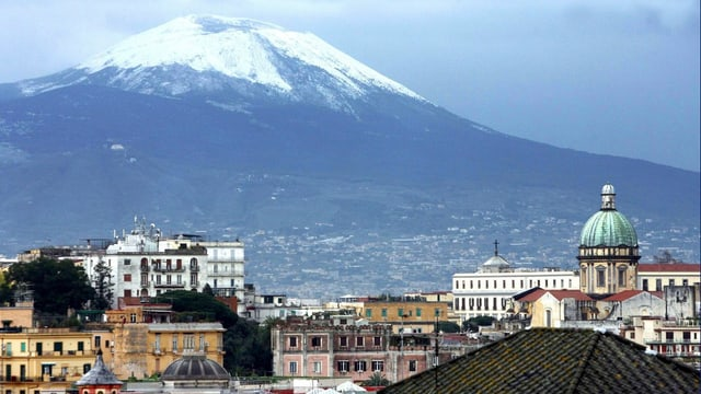 Im Vordergrund die Stadt Neapel, dahinter der Vulkan Vesuv.