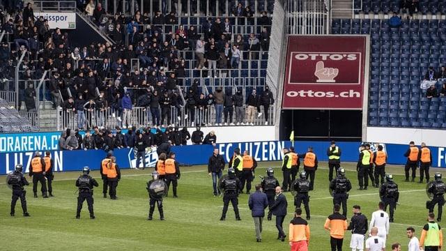 Situaziun sin plazza da ballape cun polizists e fans violents.