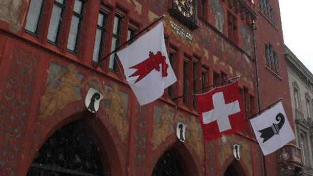 Das Basler Rathaus mit den Flaggen von Basel-Stadt und Baselland.
