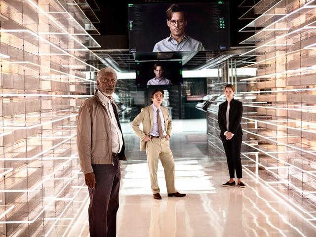 Ein Computerraum ist im Bild. Dr. Caster ist auf einem Bildschirm zu sehen.