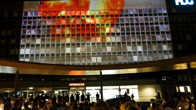 Gebäude mit Flammen-Projektion an der Wand