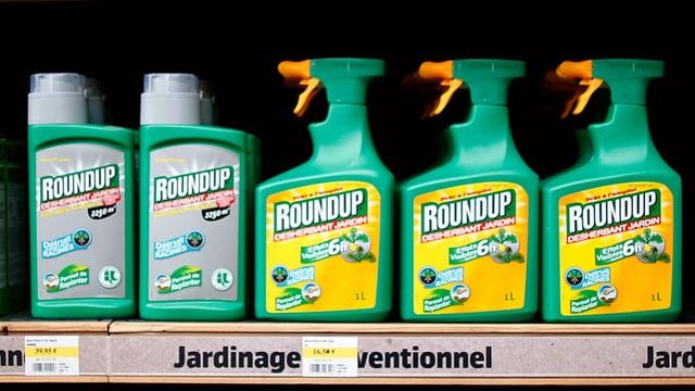 Flaschen Roundup in einem Verkaufsregal.