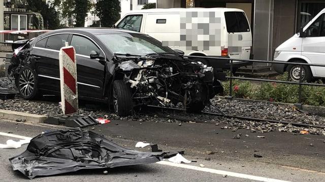 Ein zerströrtes Auto auf dem Bahngleis
