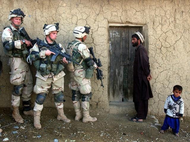 Ein Afghane und sein Sohn mit US-Soldaten, 2002.