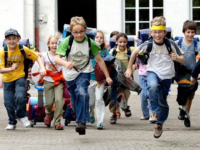 Kinder rennen über den Pausenplatz