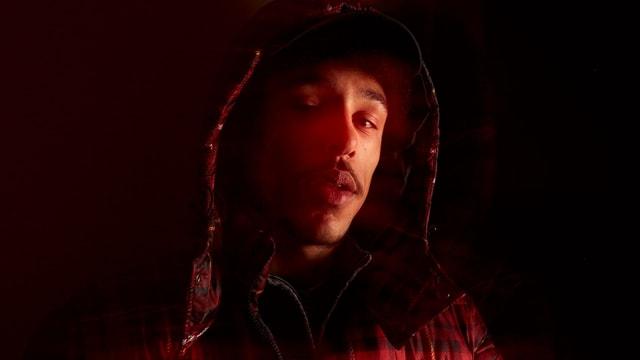 Portrait in rot gehalten
