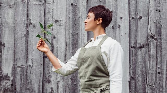 Rebecca Clopaht mit Pflanze in der Hand
