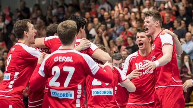 Die Schweizer Handball-Nationalmannschaft jubelt über den Sieg gegen Estland.