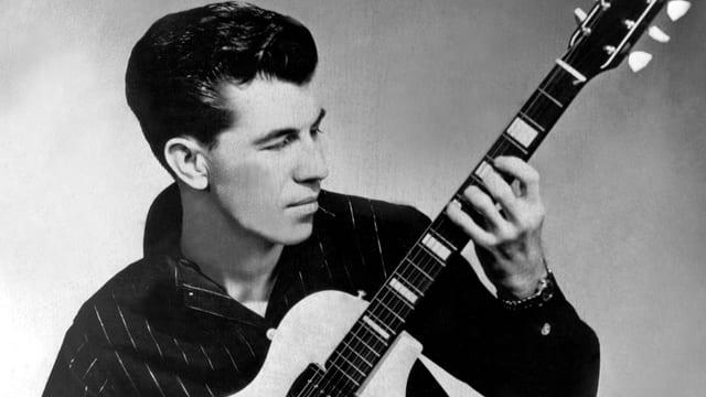 Link Wray und seine Gitarre.