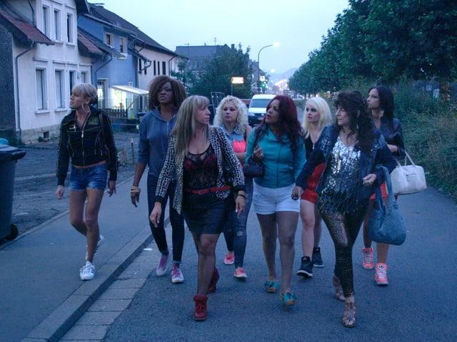 Eine Gruppe von Frauen spatziert die Strasse entlang.