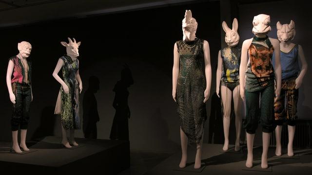 Schaufensterpuppen mit Tierköpfen tragen unheimliche Strickkreationen von Christa Michel, 2003.