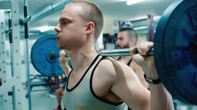 Das Bild zeigt Sven Schelker als David beim Trainieren.