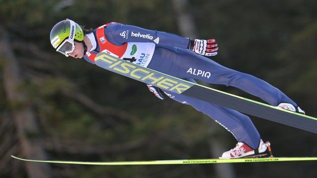 Tim Hug in Nahaufnahme beim Sprung von einer grossen Schanze