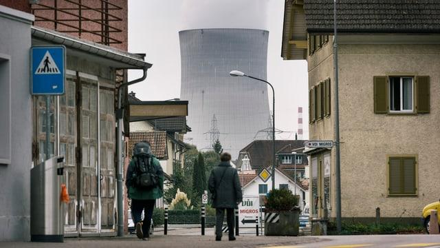 Dorfansicht mit AKW-Kühlturm im Hintergrund