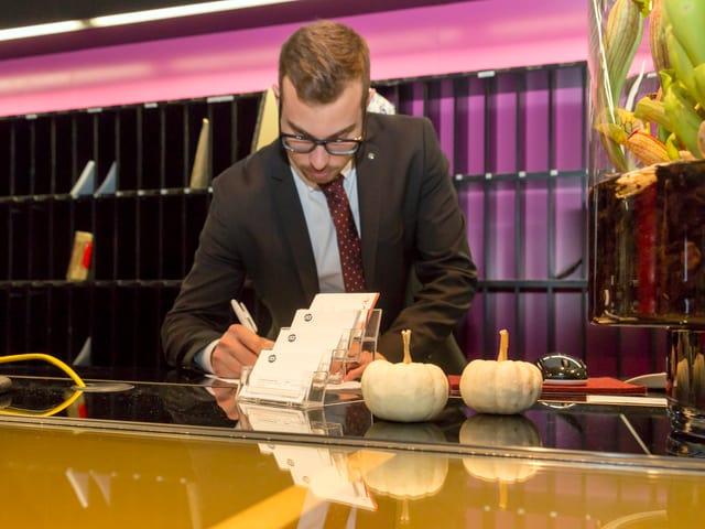 Der Concierge Pascal Vogel bei seiner Arbeit am Empfang.