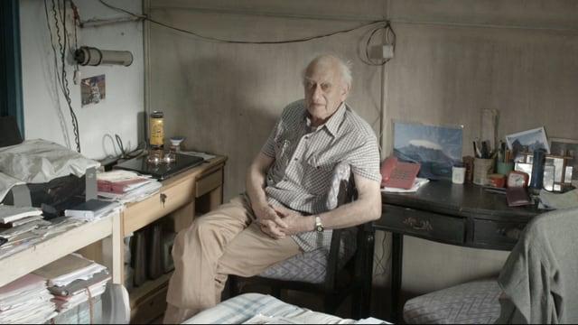 Dr. Jack Preger posiert in seinem Büro für ein Foto.