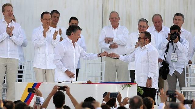 Il president columbian Juan Manuel Santos surdat il culli special a ses anteriur adversari da la Farc Rodrigo Londoño, alias «Timoschenko».