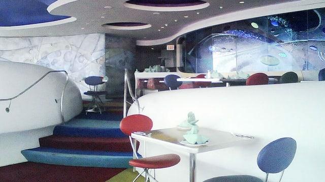 Ein Restaurant, dessen Inneneinrichtung viele runde, ovale und wellenartige Formen beinhaltet.