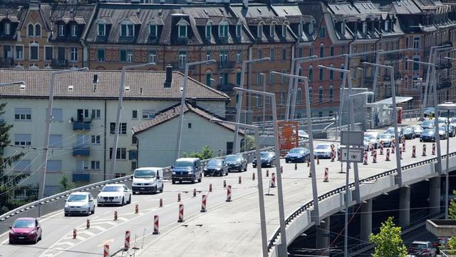 "Ina colonna dad autos sin la ""Hardbrücke"" a Turitg"