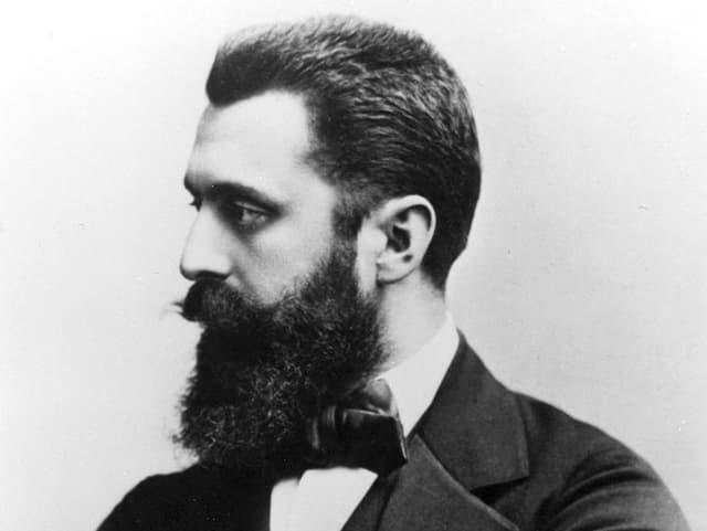 Porträt seitlich, s/w, von Theodor Herzl, mit verschränkten Armen.