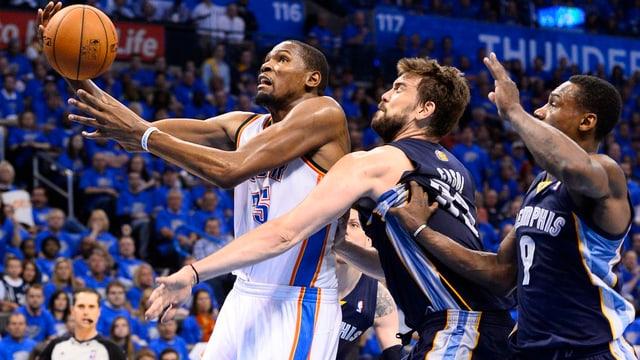Kevin Durant (links) war einmal mehr bester Werfer von Oklahoma.