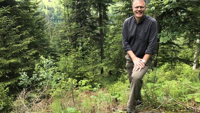 ein Mann steht im Wald