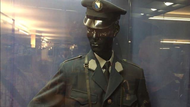 Eine Polizeipuppe mit einer Uniform aus dem Jahr 1964 mit Hut.