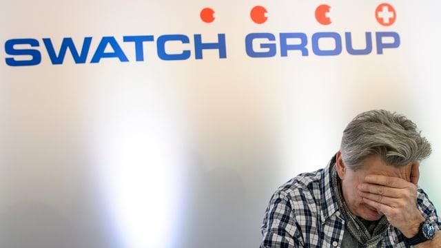 Nick Hayek vor einem Swatch Logo.