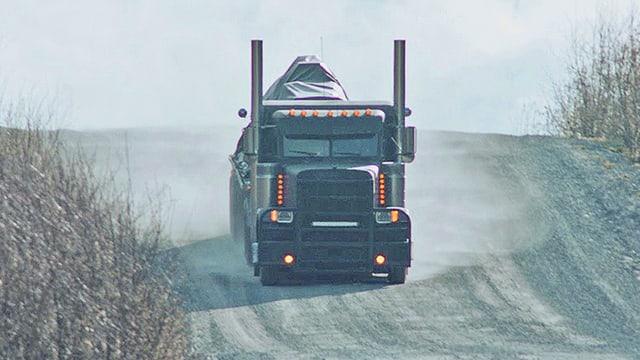 Truck auf kanadischer Landstrasse