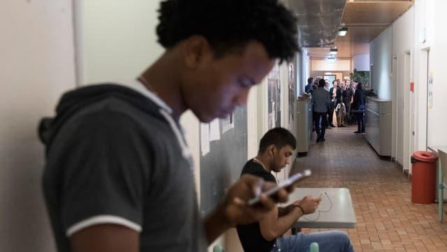 Ein Mann tippt auf seinem Handy