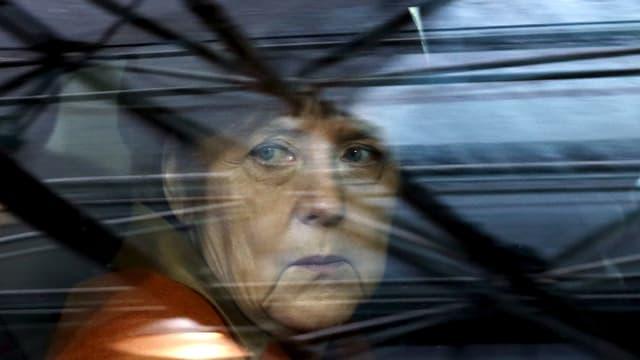 Merkel sitzt in einem Auto