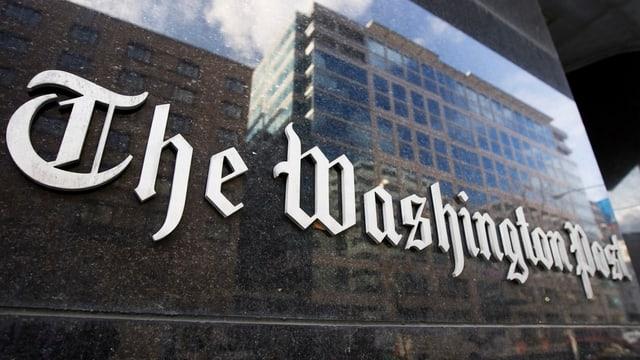 Logo der Washington Post an Gebäude.