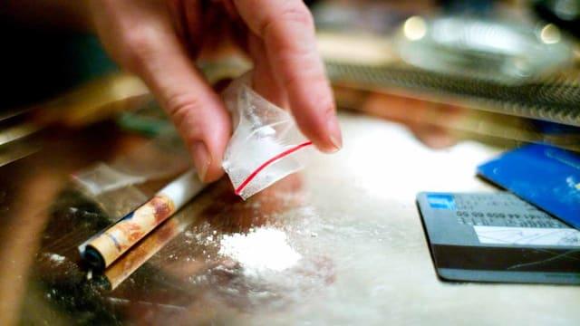 Einer nimmt eine Linie Kokain.