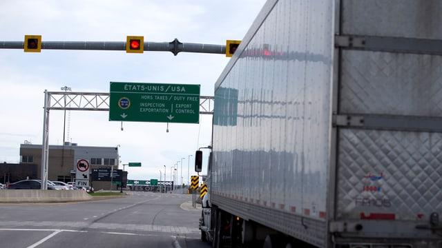 Ein Lastwagen passiert die amerikanische Grenze.