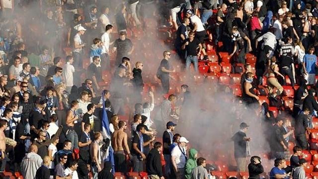 Rauch im GC-Fanblock im Zürcher Letzigrund