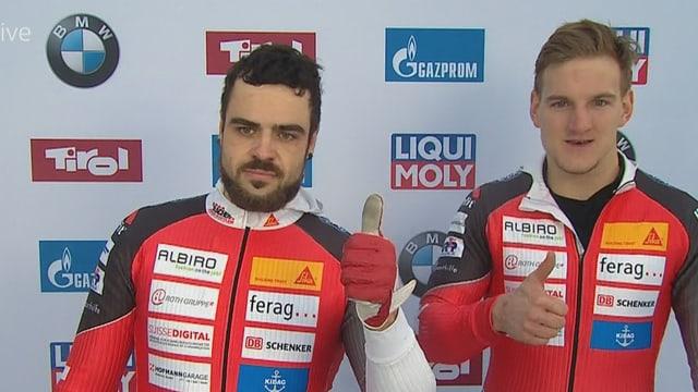 Clemens Bracher winken zusammen mit Michael Kuonen in die Kamera.